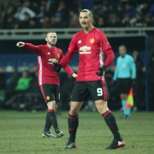 Wayne Rooney och Zlatan Ibrahimovic på en fotbollsplan.
