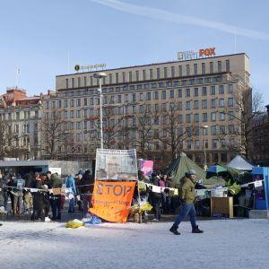 Asylsökande har demonstrerat på Järnvägstorget i Helsingfors i tre veckor.