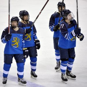 Isa Rahunen, Linda Välimäki, Ella Viitasuo och Susanna Tapani tackar publiken efter USA-matchen.