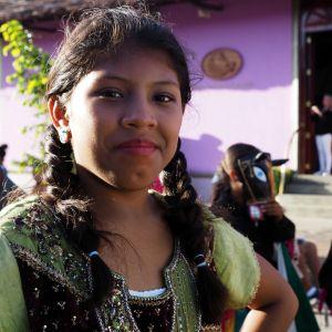 Kvinna tittar in i kamera på latinamerikansk poesikarneval