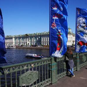 Flaggorna vajar i St Petersburg inför Confederations Cup.