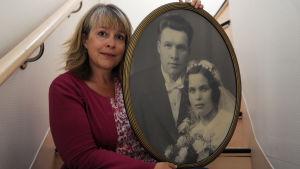 Svenska Yles redaktör Louise Bergman håller i ett gammalt bröllopsfotografi