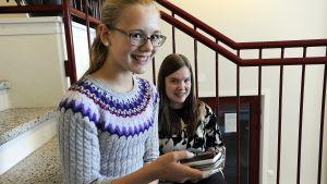 Linnea Vikström och Jennifer Enkvist, elever i Sursik högstadieskola i Pedersöre, sitter i skoltrappan inomhus