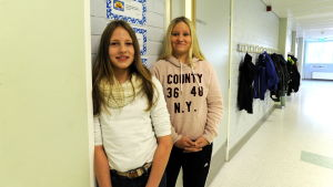 Emilia Nordman och Emma Häggback, i högstadiet i petalax, står i korridoren