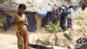 En ung rohingya-flyktingflicka i ett flyktingläger i Bangladesh.