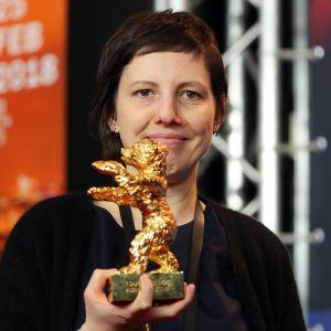 Den rumänska regissören Adina Pintilie mottog Guldbjörnen för sin film Touch Me Not.