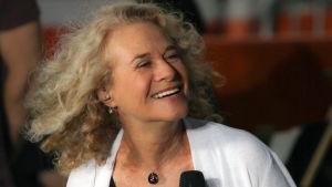 Carole King esiintyy vuonna 2015. Kuva dokumentista Carole King: Natural Woman.