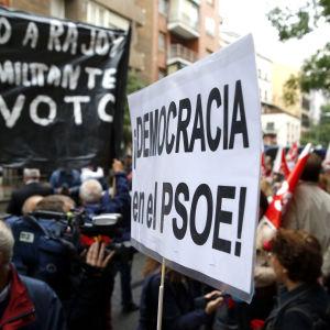 Spanska demonstranter krävde att PSOE inte ska släppa fram Mariano Rajoy som premiärminister under en demonstration utanför PSOE:s partihögkvarter i Madrid på lördagen 22.10.2016