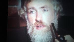 Norjalainen psykologi Frode J. Strømnes. Kuvakaappaus dokumentista KIELI MIELIKUVAN ILMAISUVÄLINEENÄ (1977)