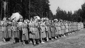 Lotta Svärd -järjestön valonheitinkoulutusta lotille jatkosodassa 1944.