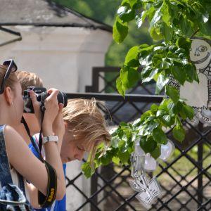 Turister fotograferar de tecknade änglarna i trädet.