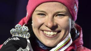 Krista Pärmäkoski med sitt VM-silver.