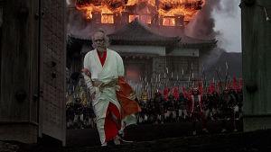 Hidetora (Tatsuya Nakadai) jättää palavan linnansa elokuvassa Ran
