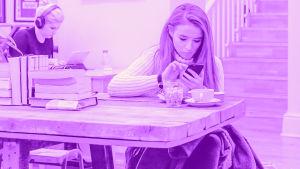 Digitreenin pääkuvapohjalla teksti Avoin wifi ja käsi joka pitää wifi-symbolilappua.