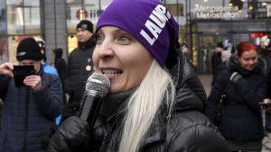Laura Huhtasaari visar sitt stridsansikte.