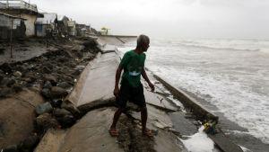 Inför tyfonen Haima på Filippinerna.
