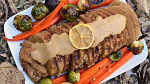Vegansk färs av seitan med brysselkål och morötter.