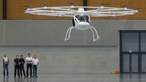 Drönaren Volocopter testkörs i ett varuhus i Tyskland.