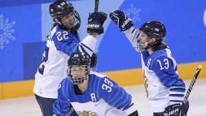 Michelle Karvinen, Emma Nuutinen och Riikka Välilä firar mål.