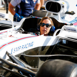 Claire Williams sitter i en f1-bil