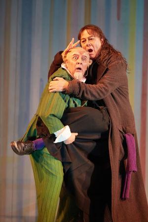 Sevillan parturi (Royal Opera House). José Fardilha (Tohtori Bartolo) ja Ferruccio Furlanetto (Don Basilio).