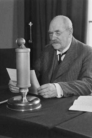 P E Svinhfvud håller tal under Rundradions tioårsjubileum i Radiohusets studio år 1936.
