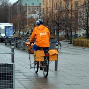 Postiljon som cyklar i Vasa Centrum.