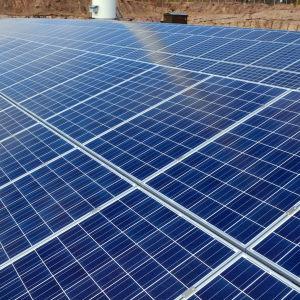 Långa rader med solpaneler.