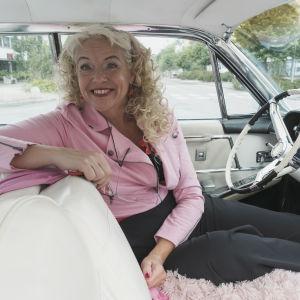 Anita Hallapelto sitter inuti sin bil.