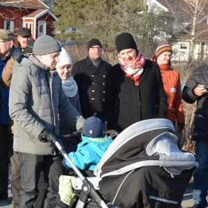 Stadsdirektör Minna Arve diskuterar med barnfamiljen Jerry och Linda Lindberg under en invånarkväll i Jäkärlä.