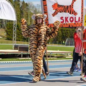Tigermaskott på stafettkarnevalen