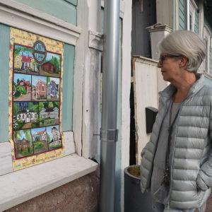 Ann-Britt Felin-Aalto ser på evenemangsaffischen