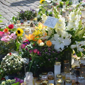 Blommor på Salutorget i Åbo efter knivattack.