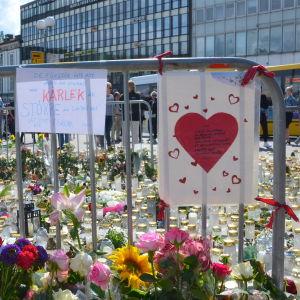 Blommor och ljus på Salutorget i Åbo.