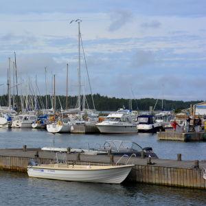 Båtar i Kasnäs gästhamn på sommaren.
