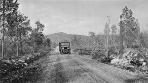 Linja-auto Petsamon tiellä vuonna 1934, taustalla Kaskamatunturi.