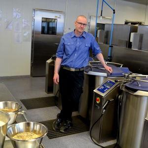 Kökschefen på plats mitt i storköket.