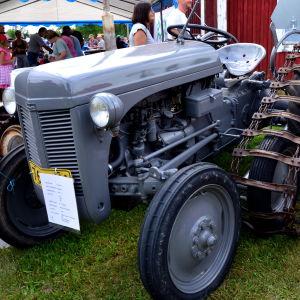 En Ferguson traktor med halvband