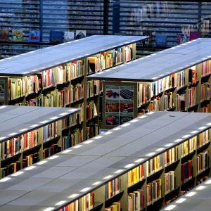 Stora långa bibliotekshyllor.