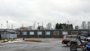 Sjundeå kommunhus och Aleksis Kiven koulus baracker finns bredvid varandra.