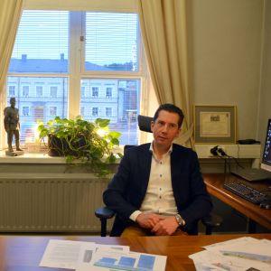 Jan D. Oker-Blom på sitt kontor