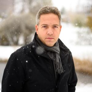 Prästen Lucas snellman framför ett vinterlandskap