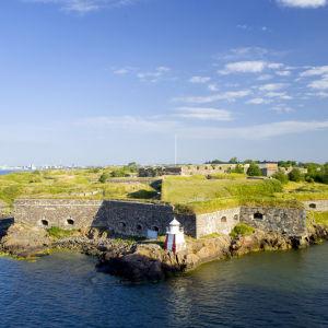 En bild tagen från luften på Sveaborgs fästning. Havet runt omkring är blått och vädret är klart.