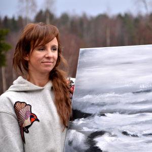 Konstnär med målning.