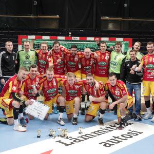Cocks firar cupsegern efter att ha besegrat GrIFK i finalen.