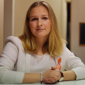 Anita Westerholm står vid ett bord med knutna händer.