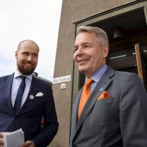 De grönas presidentkandidat Heikki Haavisto till höger och partiets ordförande Touko Aalto i Riihimäki den 23 september 2017.
