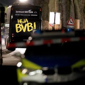 Bombdådet mot Borussia Dortmunds spelarbuss är en bisarr historia.