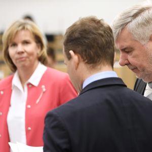 Anna-Maja Henriksson (i bakgrunden), Petteri Orpo och Toimi Kankaanniemi i riksdagen.