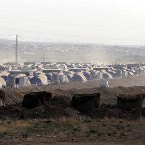 IS använder tiotusentals civila i Mosul som mänskliga sköldar enligt FN. Tusentals mosulbor lyckades fly till flyktingläger som Khazir öster om Mosul innan jihadisterna anlände till deras byar